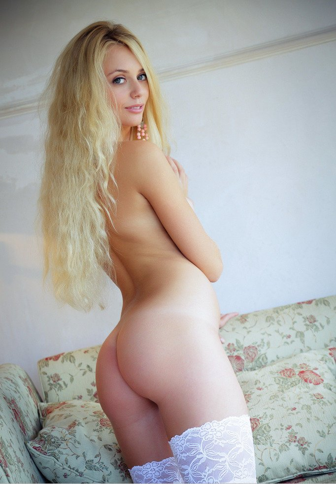 The naive blonde has not yet understood everything in the real role