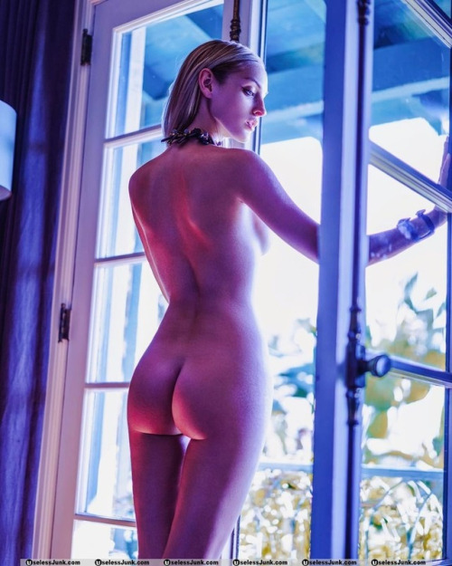 stunning nude blonde girl